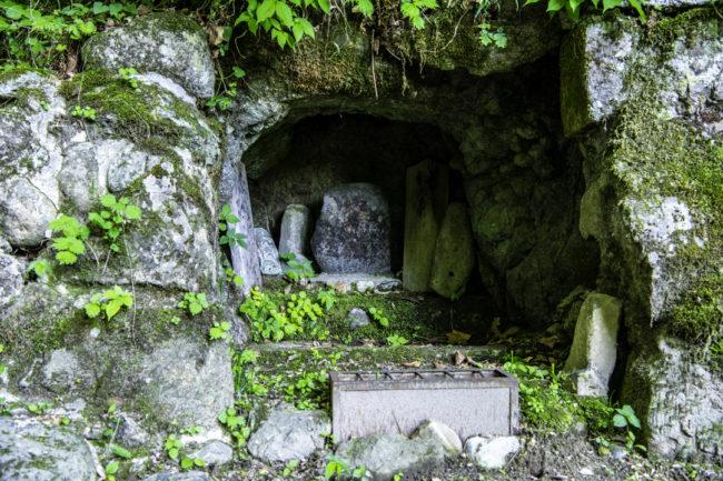 縁結びの滝、祠