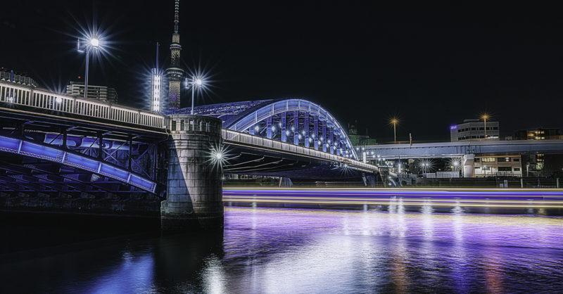 隅田川テラスからスローシャッター撮影、30秒、屋形船の光跡